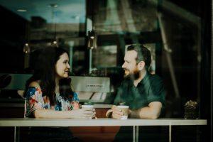 Face to Face Gespräch zwischen 2 Leuten in einem Kaffee. Die wichtigsten Kommunikationsfähigkeiten 2019