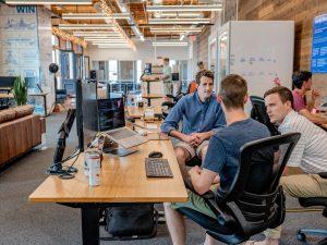 Gruppendiskussion in einem Büro - Die wichtigsten Kommunikationsfähigkeiten 2019