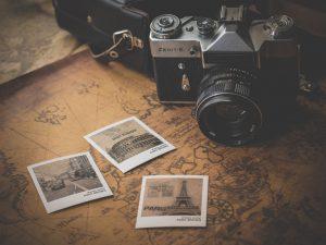 Alte Landkarte mit drei Polaroid Bildern und Kamera