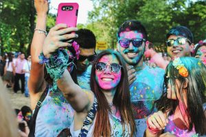 "3 Menschen beim Selfie machen. ""Social Media Trends 2020"""