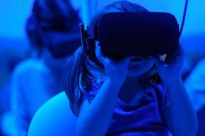 """Mädchen mit einer VR-Brille. """"Visual Storytelling Trends""""."""